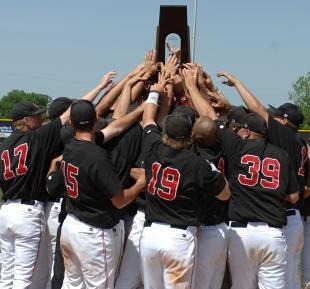 Mules hoist the regional trophy (Dave Kopp photo)