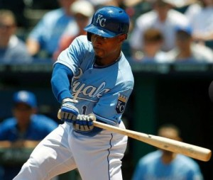 Royals outfielder Jarrod Dyson drives in a run in the third inning with a sac fly (photo/MLB)