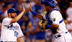 Greg Holland and Salvador Perez celebrates the Royals win. (photo/MLB)