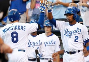 Mike Moustakas, (8), is greeted at home plate by Alcides Escobar after his solo homer (photo/MLB)