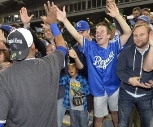 The Royals celebrate their  playoff clinching win on Friday with fans in Chicago (photo/MLB)
