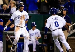 Alex Gordon waits for Terrance Gore who scored from second on an infield single from Lorenzo Cain (photo/MLB)