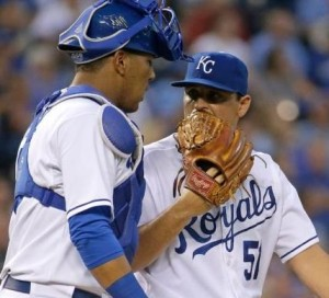 Jason Vargas has a conference with catcher Salvador Perez (photo/MLB)