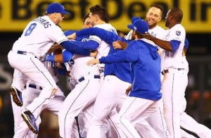 The Royals celebrate their 9-8 win over Oakland (photo/MLB)