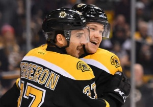 Patrice Bergeron (37) is congratulated after his goal (photo/NHL.com)