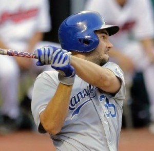 Eric Hosmer continues to crush the ball against Cleveland (photo/MLB)