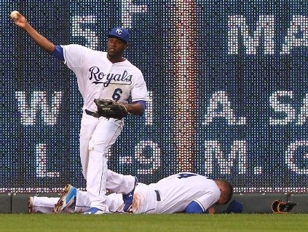 Alex Gordon lays flat on the ground after injuring his groin (photo/MLB)