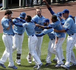 Teammates mob Eric Hosmer after his game winning hit (photo/MLB)