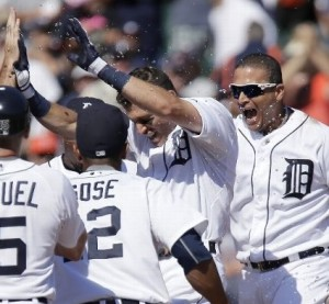 The Tigers celebrate their 8-6 win over the Royals (photo/MLB)